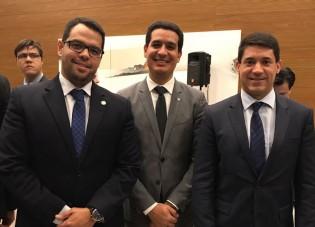 Marcelino Rodrigues, presidente da Anafe; ao centro, Igor Roque, presidente da ANADEF; e Achilles Frias, presidente do SINPROFAZ.